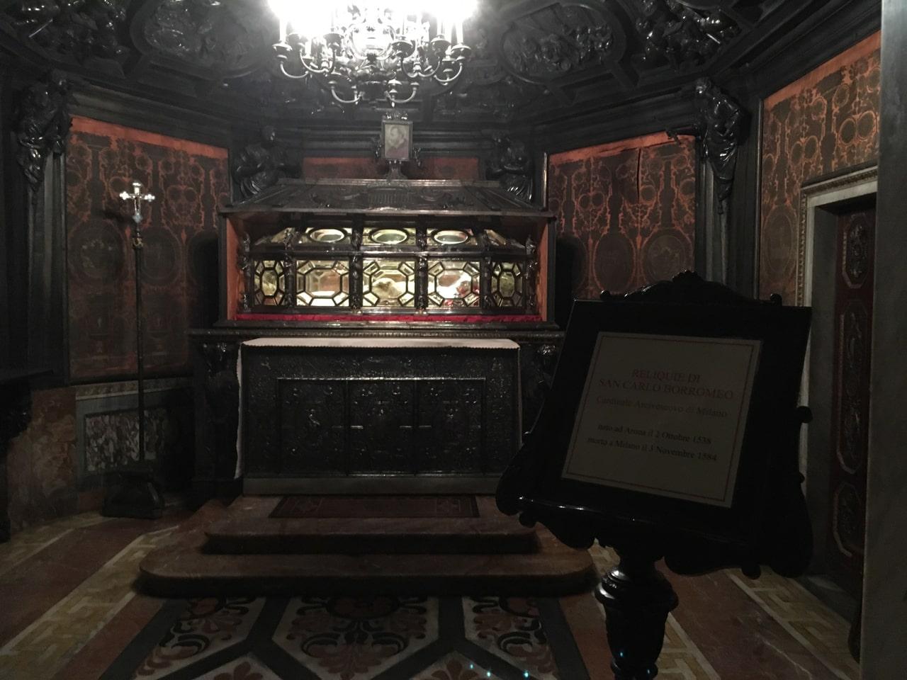 内部地下 室的玻璃棺里长眠着1584年去世的红衣主教San Carlo Borromeo