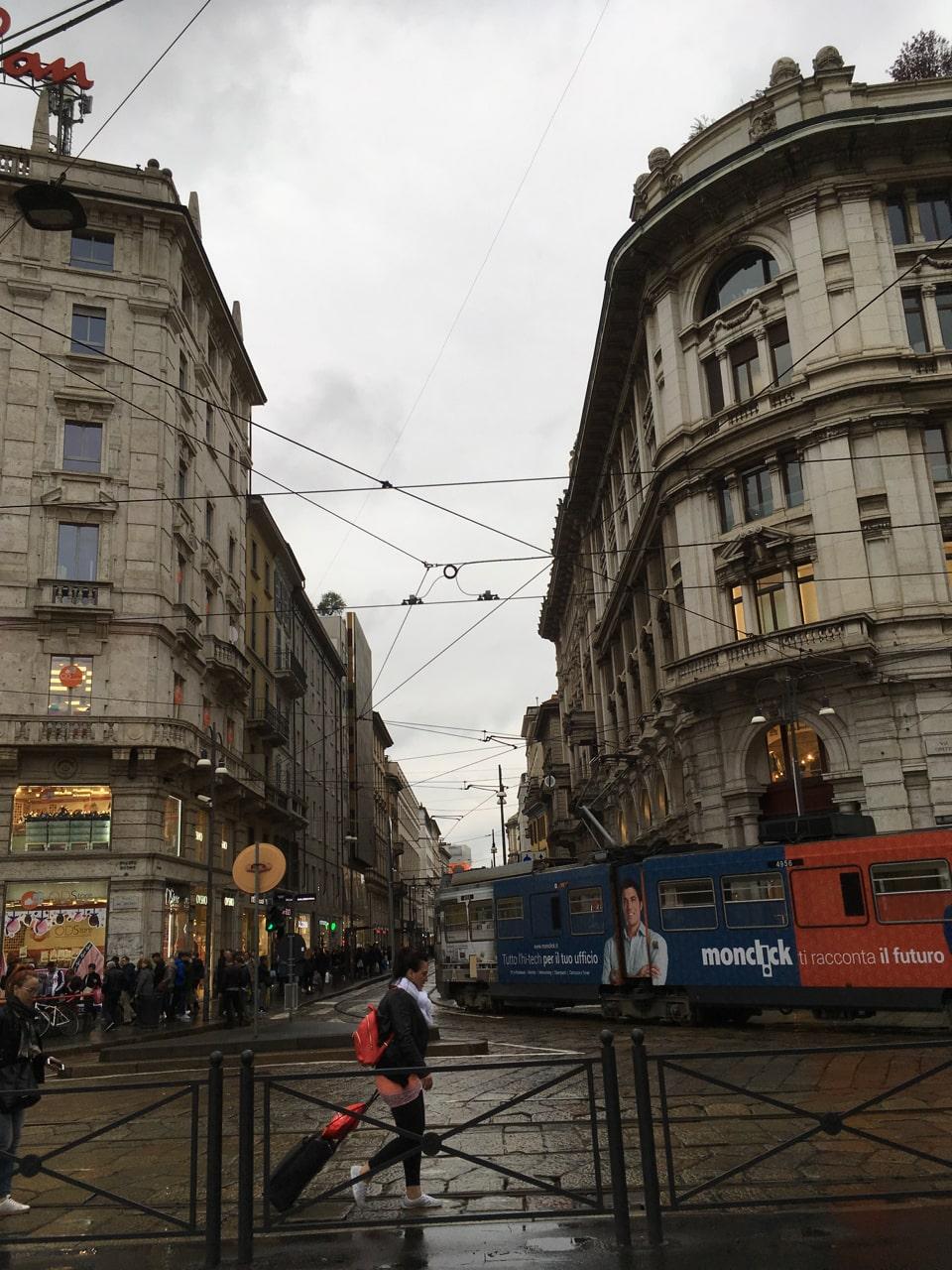 米兰街头,错综复杂的电线以及有轨电车,还是中国的大城市更modern