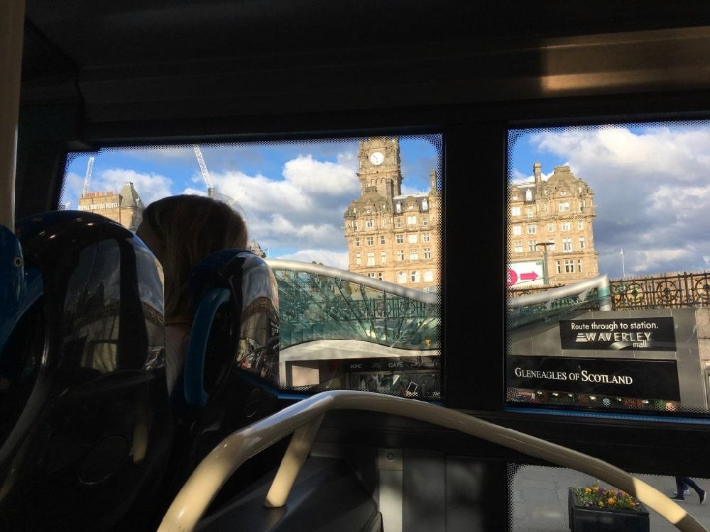 从宿舍步行到Waveley Bridge,坐Airlink 100(由Lothian运营)大巴去机场,往返票£7.5,返程票任何时候都有效