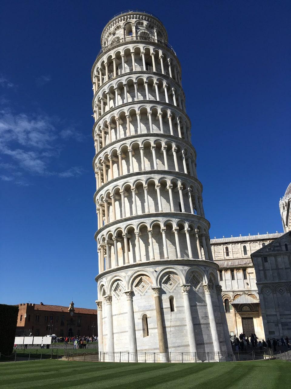 披萨斜塔(leaning tower),现场看倾斜得更厉害