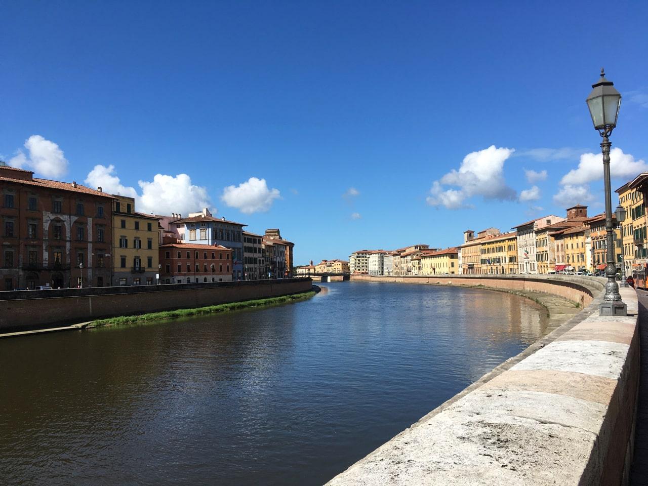 贯穿Pisa城的Arno河两旁的建筑