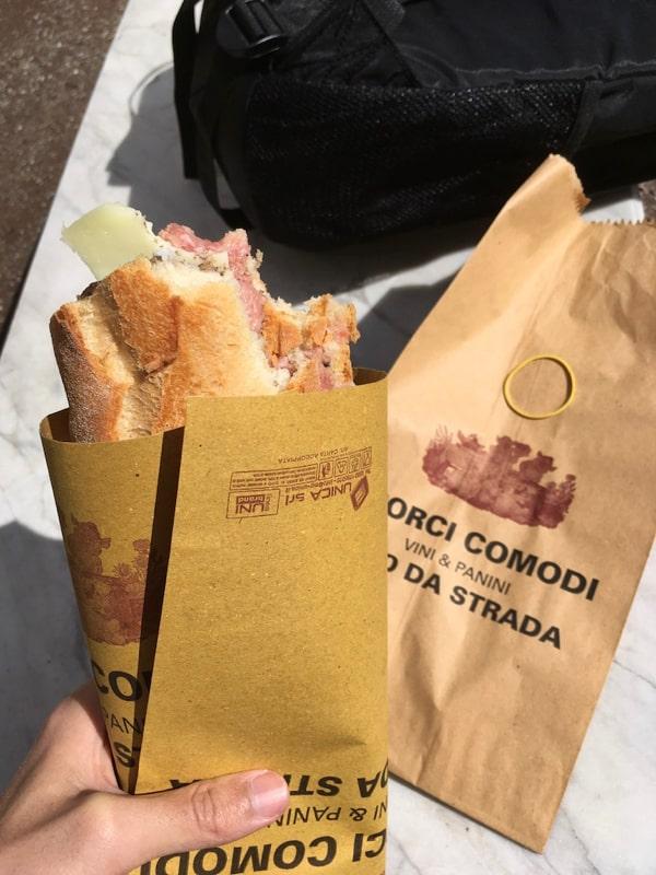 午餐意大利的特色小吃panini,€6,应该算是一种三明治,面包硬得跟木头一样,里面夹的是生火腿