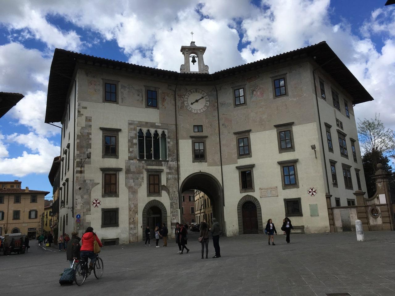 骑士广场边上的中世纪建筑