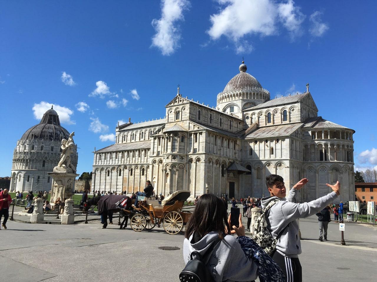 游客在比萨斜塔前各种摆拍,比如环抱塔