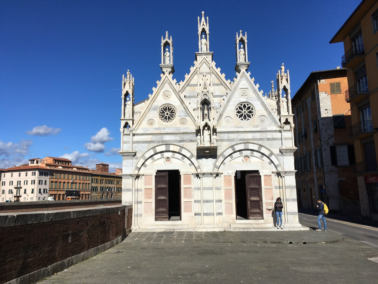 Arno河边上的一个非常袖珍的教堂,叫做圣母玛利亚斯皮那教堂(Chiesa di Santa Maria della Spina),可以免费进入参观