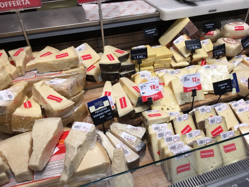 晚餐去意大利的便利店Conad觅食,这是意大利超市里常见的各种奶酪。ps: conad的staff真是nice,我选了个有优惠价的pizza,以为是打折(看不懂意大利语只能猜了),结算的时候是原价,超市的工作人员解释这是会员价,不过最后她还是找了个会员卡给我打折了