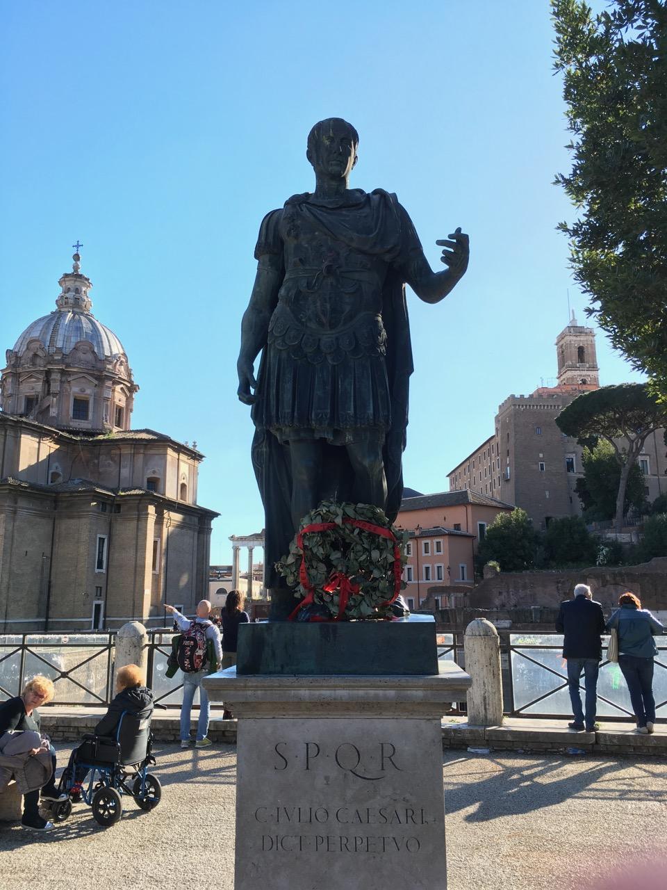 """凯撒大帝,SPQR是拉丁语格言Senatvs Popvlvs Qve Romanvs的缩写,意为""""元老院和罗马 人民"""",这是罗马共和国和罗马帝国的正式名称。C. for Caius or Gaius. IULIUS is Julius, the latin I is J in English. 即使是凯撒,也免不了鸽子屎的羞辱"""