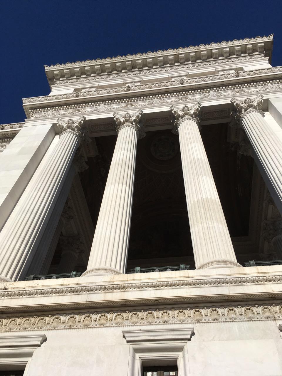 整栋建筑由白色大理石建成,非常显眼,图为白色的大理石圆柱