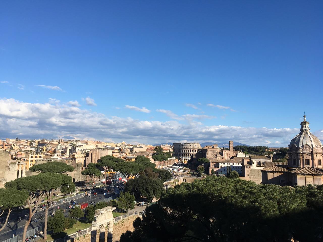 在四周的观景台上可以俯瞰罗马全景,远处就是斗兽场