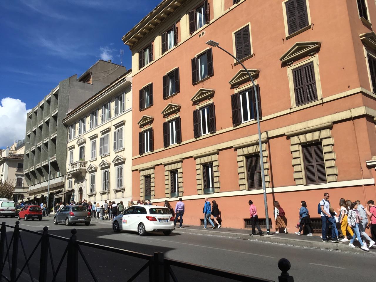 在梵蒂冈博物馆排队,排了2个小时左右