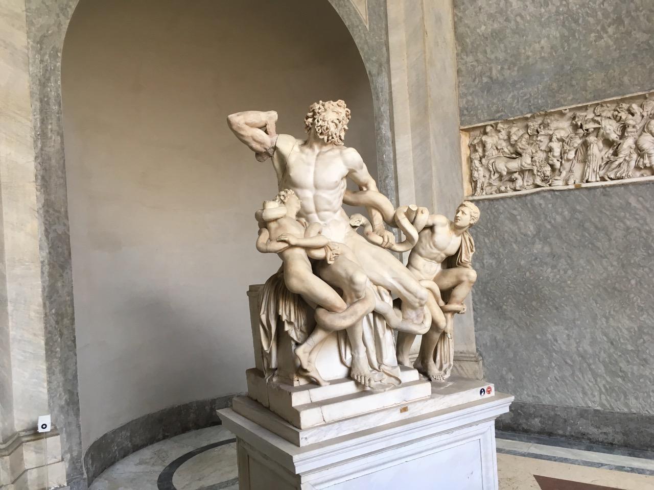 拉奥孔,博物馆三大镇馆之宝之一,描述的是拉奥孔和他的两个儿子被两条蛇缠死