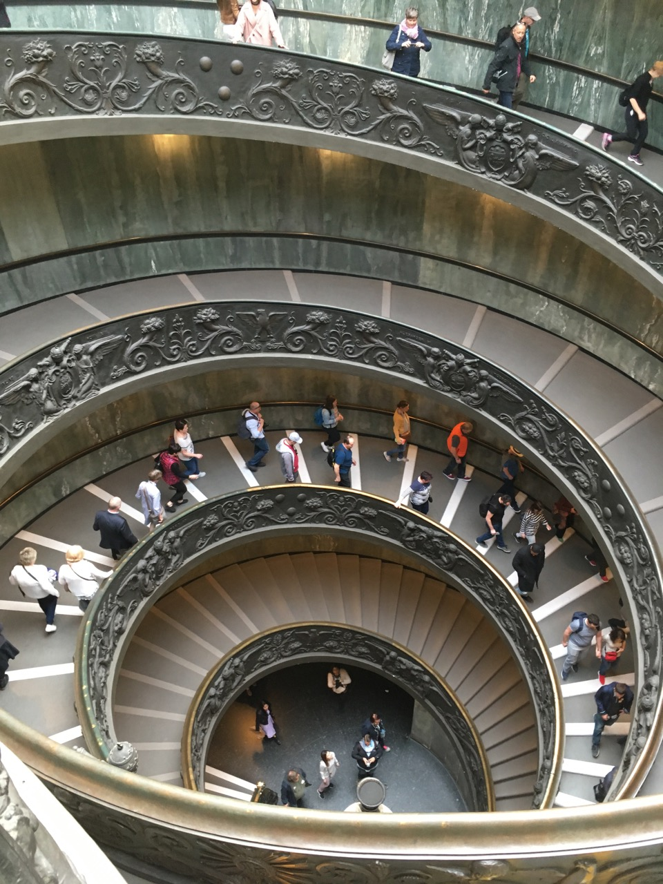 出口处的螺旋楼梯,注意,这是双层旋梯