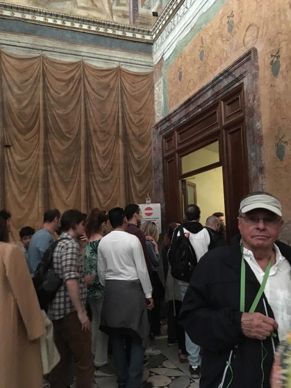 西斯廷礼拜堂右边的门,只允许旅游团通过,实际上没人管