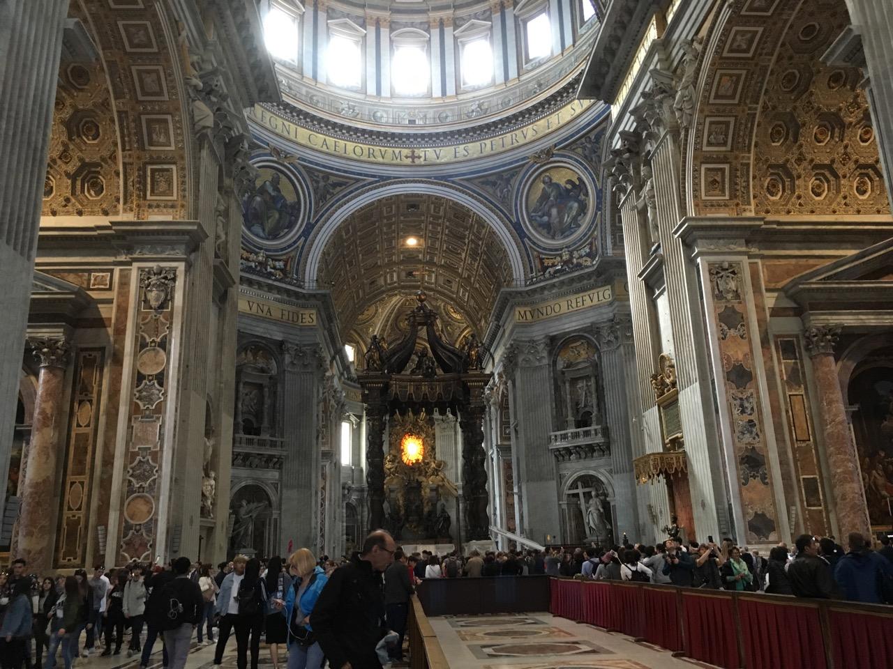 下楼后就到了圣彼得大教堂里面,金碧辉煌