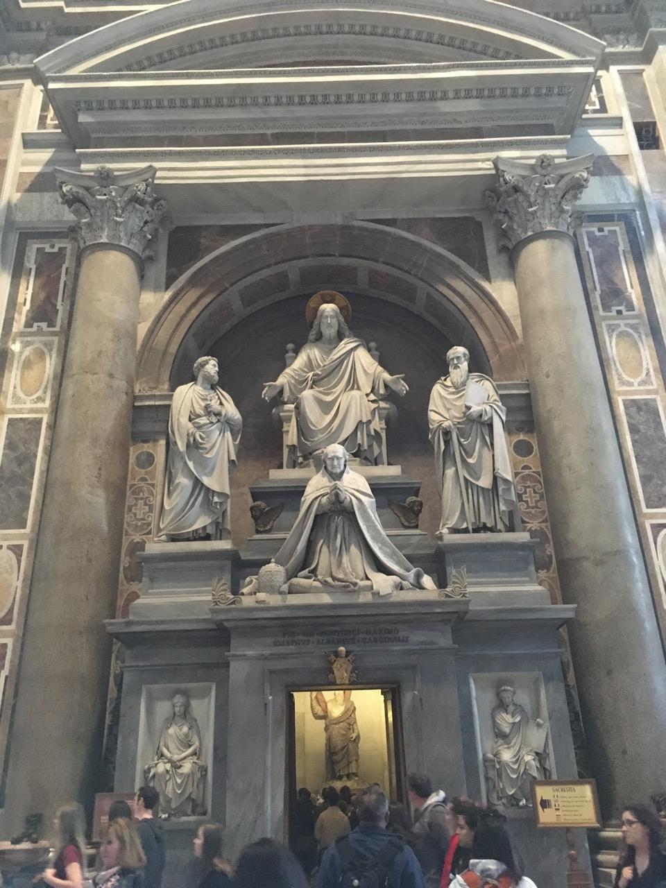 中间跪着的是庇护八世,中间上方是耶稣