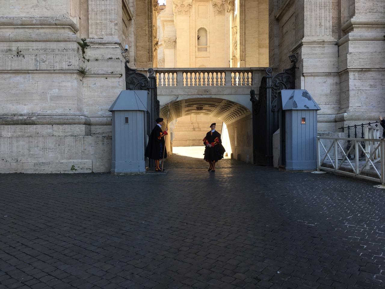 穿着梵蒂冈特色制服的卫兵