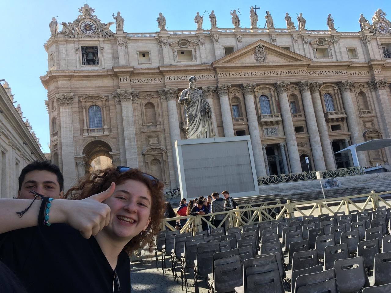 教堂左侧的雕像就是圣彼得,耶稣的十二门徒之首,第一代教皇。小朋友很outgoing