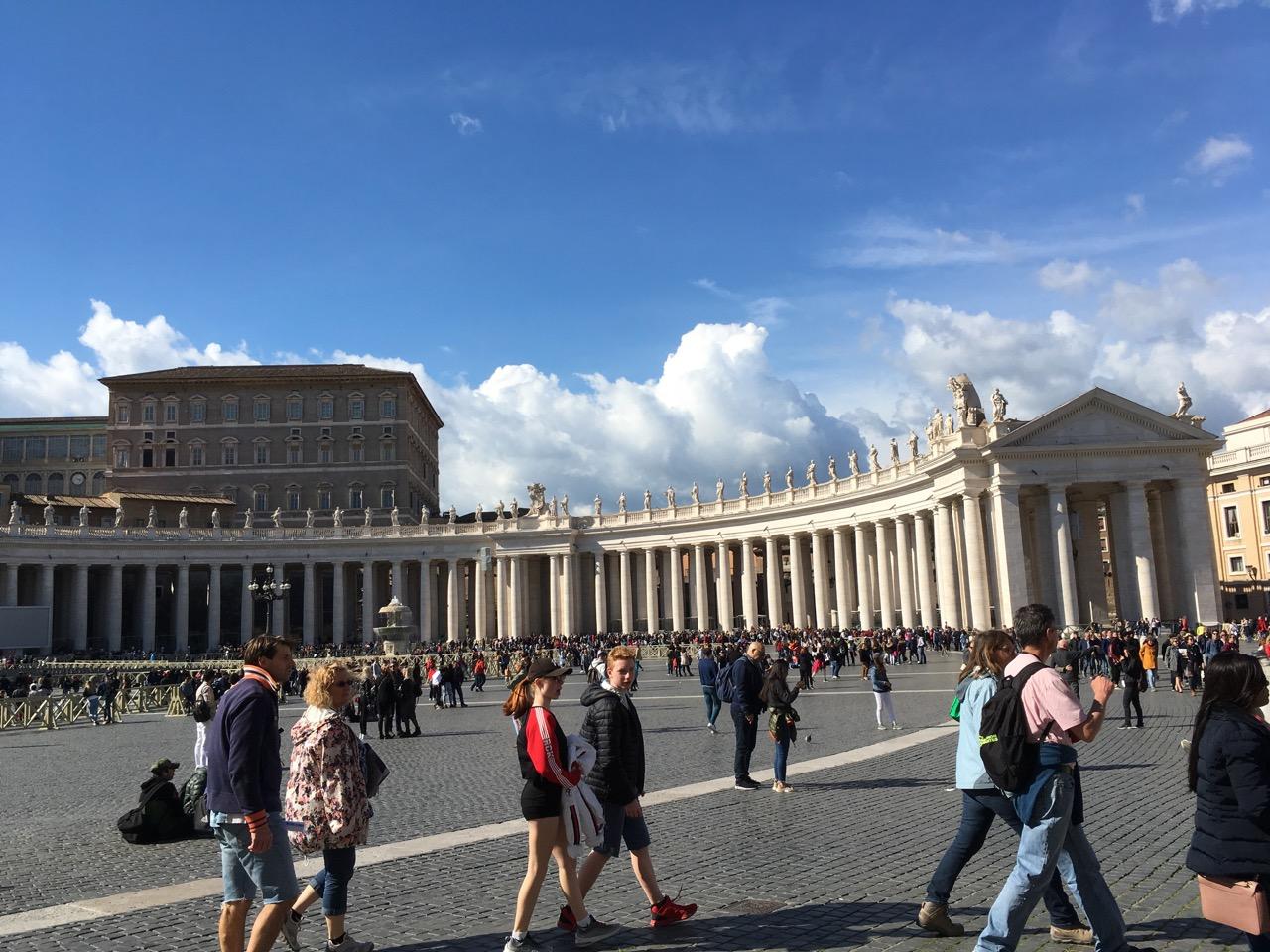 圣彼得广场两侧是柱廊
