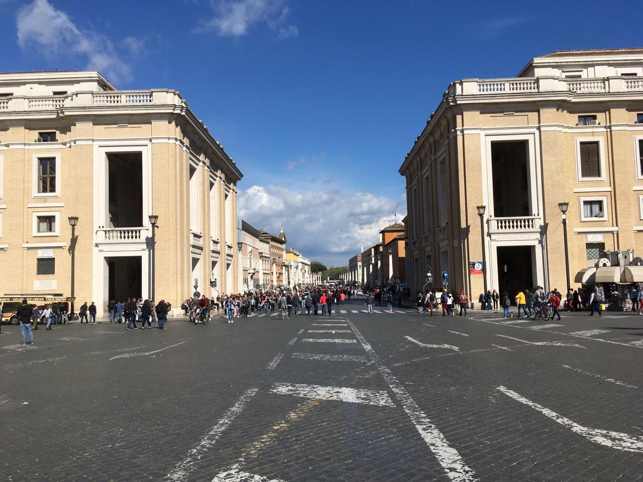 站在圣彼得广场,这条路一直通向圣天使城堡