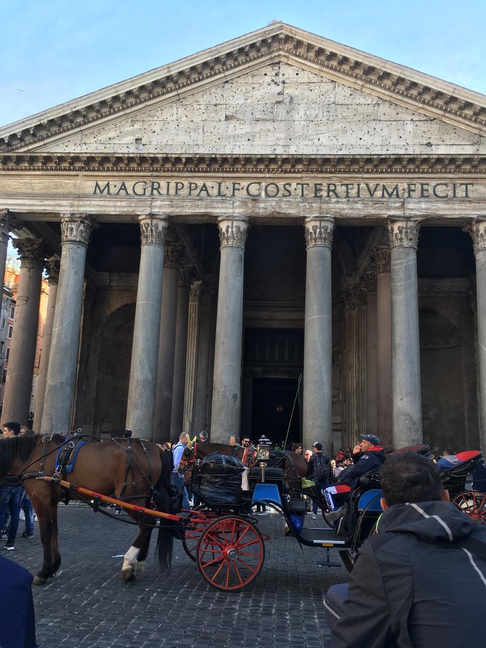 """M•AGRIPPA•L•F•COS•TERTIUM•FECIT,意即""""吕奇乌斯的儿子、三度执政官玛尔库斯•阿格里巴建造此庙"""",实际上阿格里巴所建已经被焚毁,现在看到的是由罗马皇帝哈德良下令重建的"""