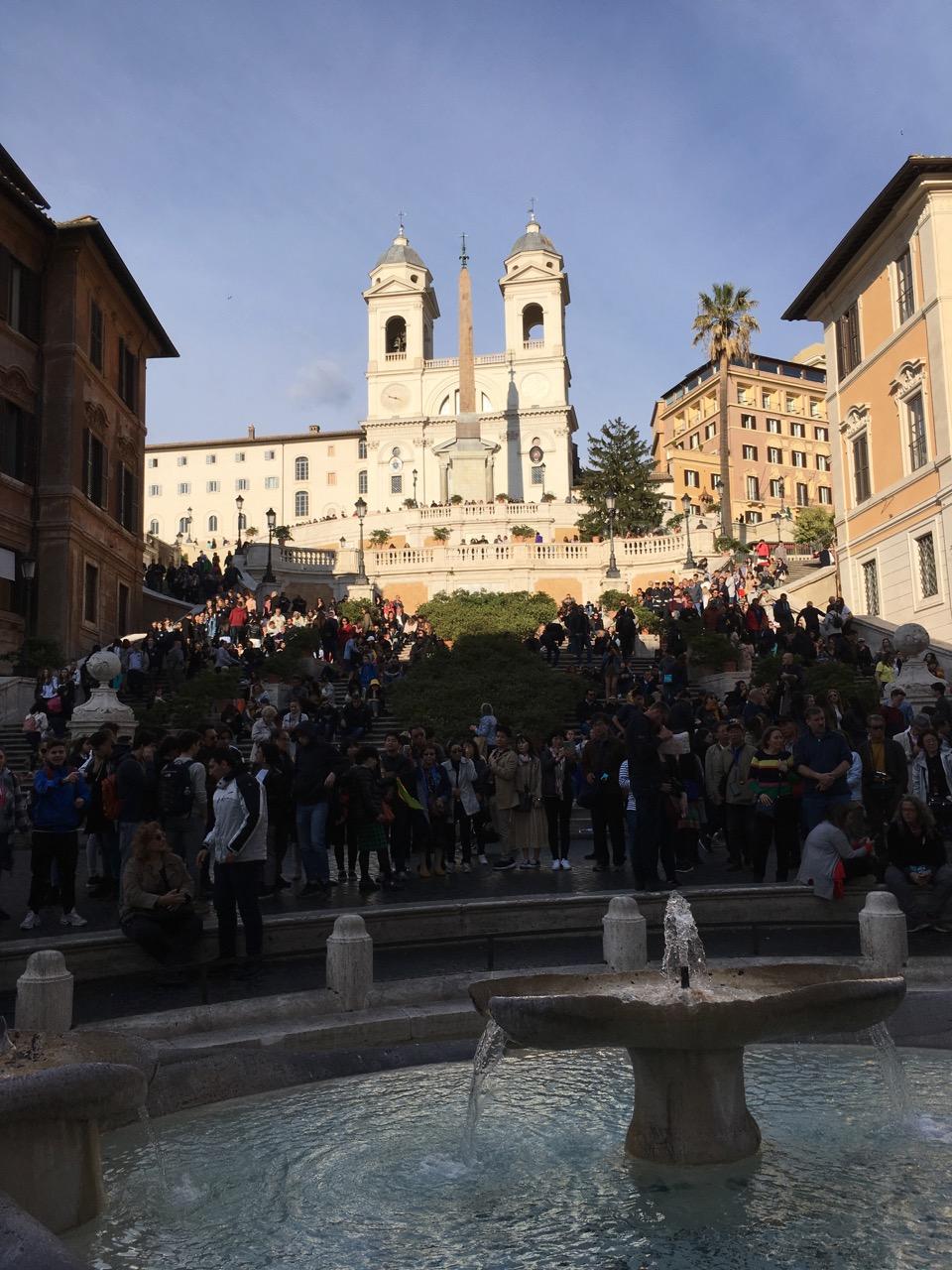 广场正中间是彼得贝尼尼设计的破船喷泉(Fontana della Barcaccia)