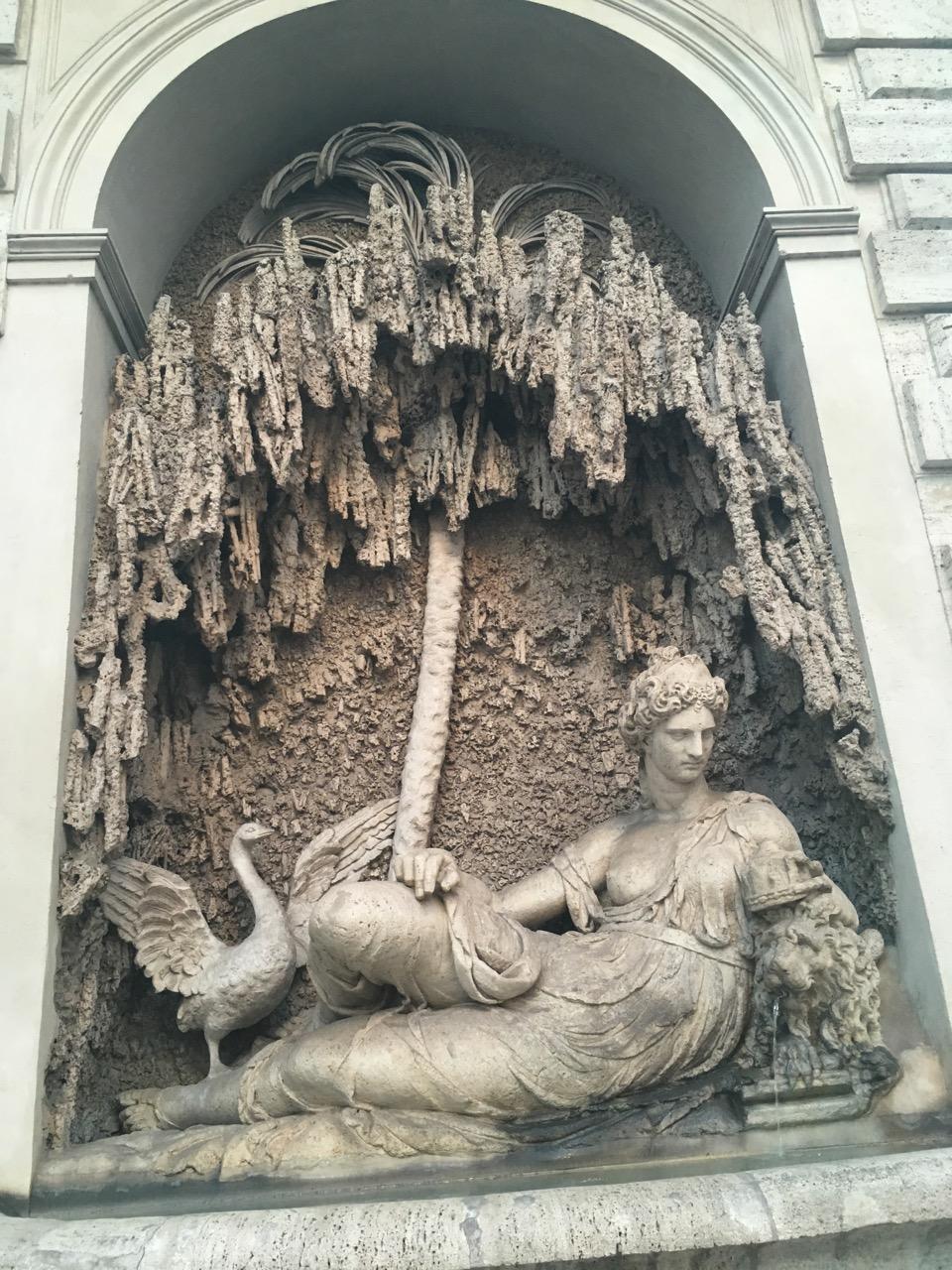 手机快没电了,所以不得不回旅馆了,在一个十字路口等绿灯的时候,回眸一看就是这个精美的雕塑,后来发现,路口的四个角都有这样的雕塑,叫做四喷泉(Le Quattro Fontane)