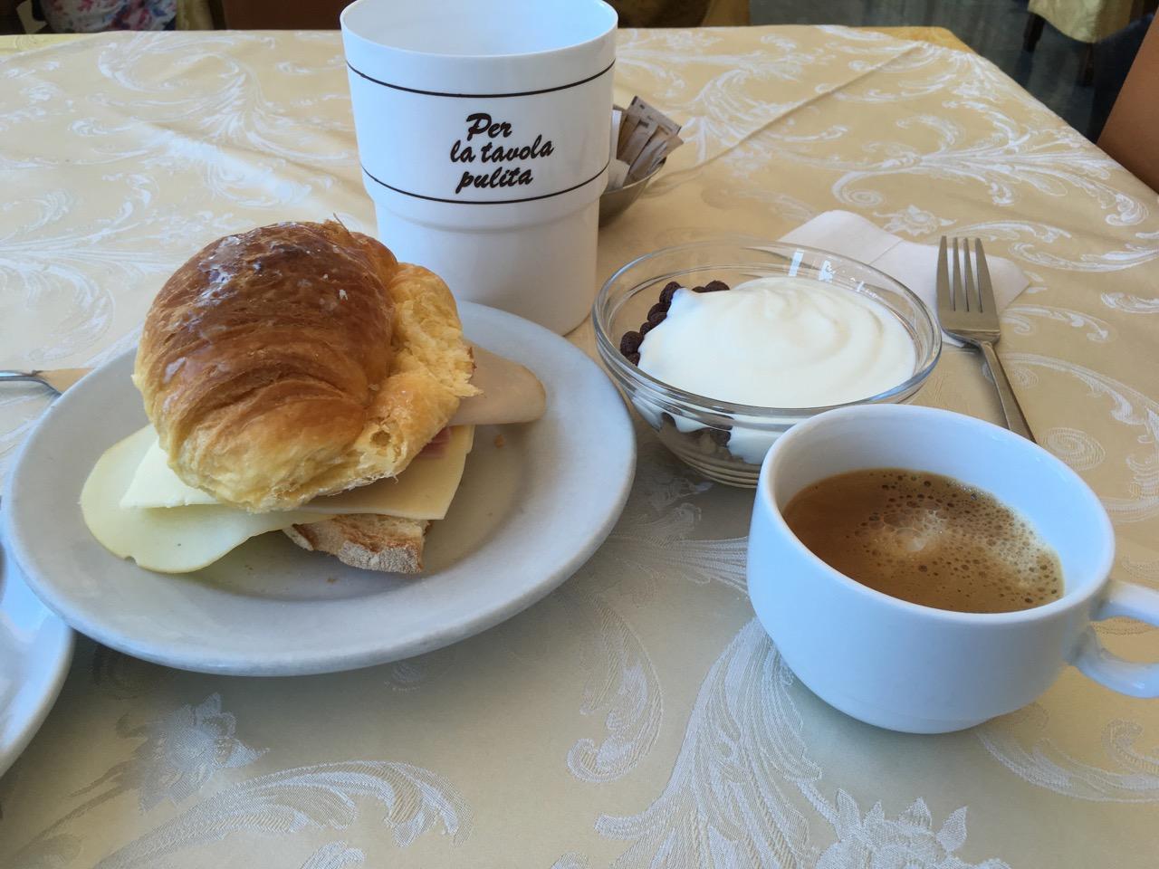 美好的一天从自助早餐开始,不爽的是受到了歧视:服务员大妈友好地用英语质问我是哪个房间的,按理说是应该的,可问题是她不问其他来吃早餐的人,连续两天早上都如此。大概是因为其他人都是有一定经济能力的中年男女,就我一个毛头小子吧