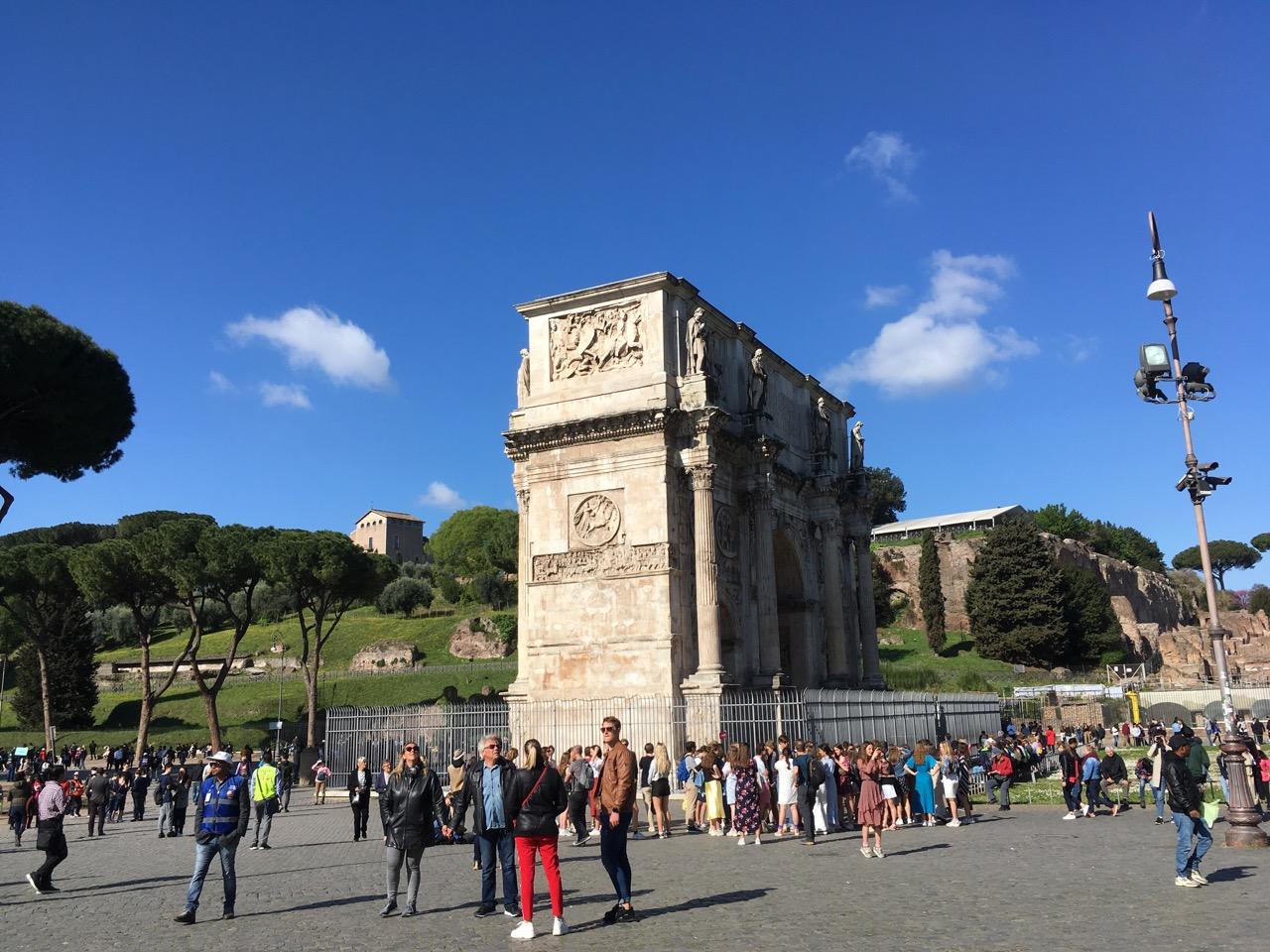 斗兽场边上便是君士但丁凯旋门(Arco di Costantino),顾名思义,是为了纪念君士但丁一世312年米里维桥战役的胜利而修建