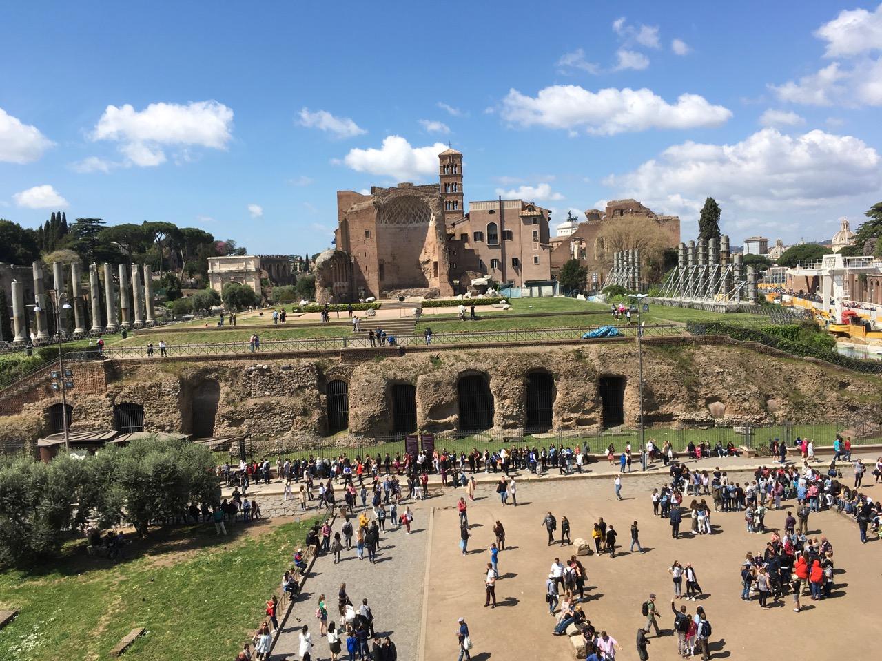 站在斗兽场看古罗马遗址