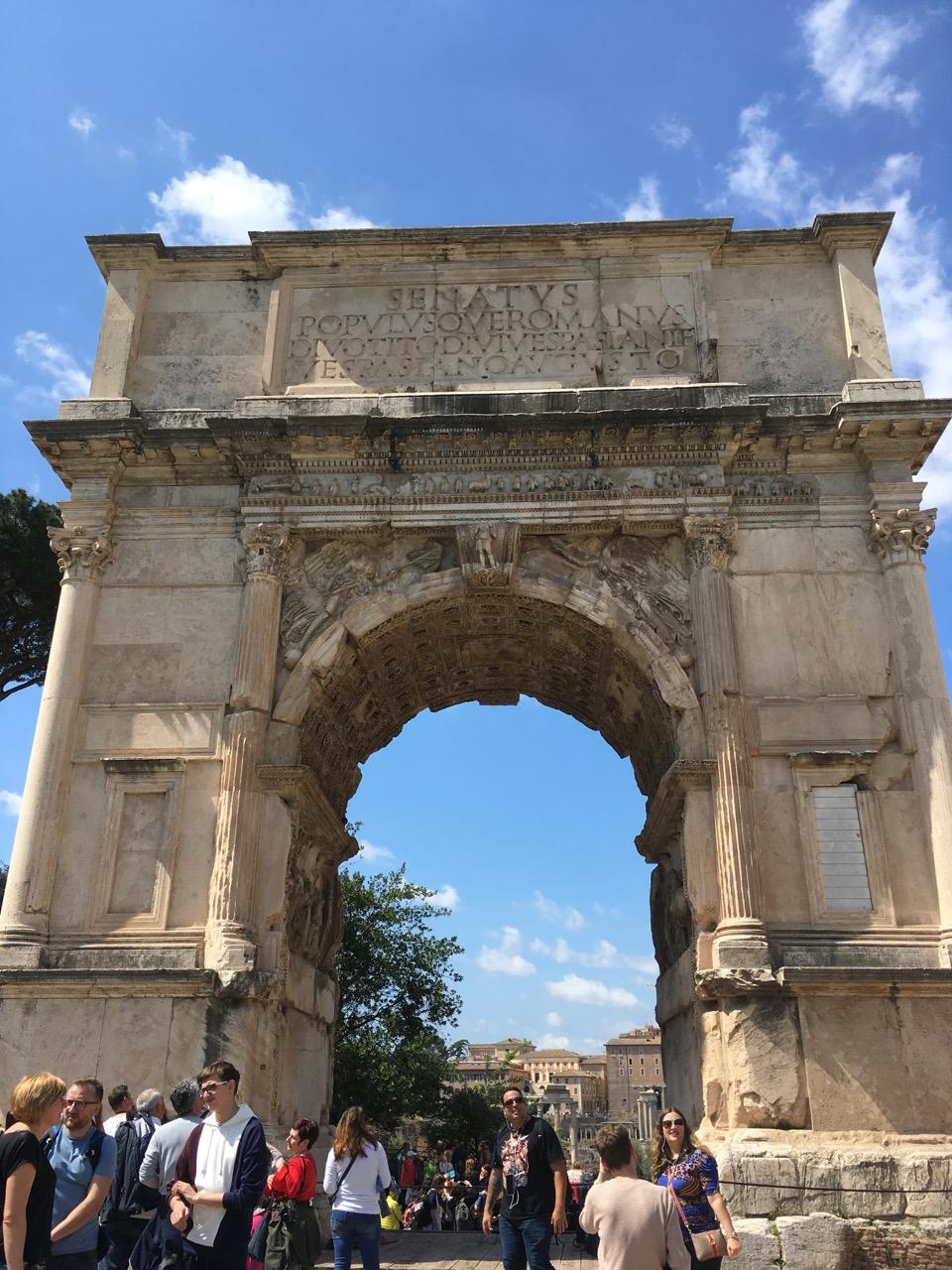进入古罗马遗址后的一个门,提多大帝凯旋门(Arch of Titus),罗马现存最古老的拱门建筑,公元81年所建