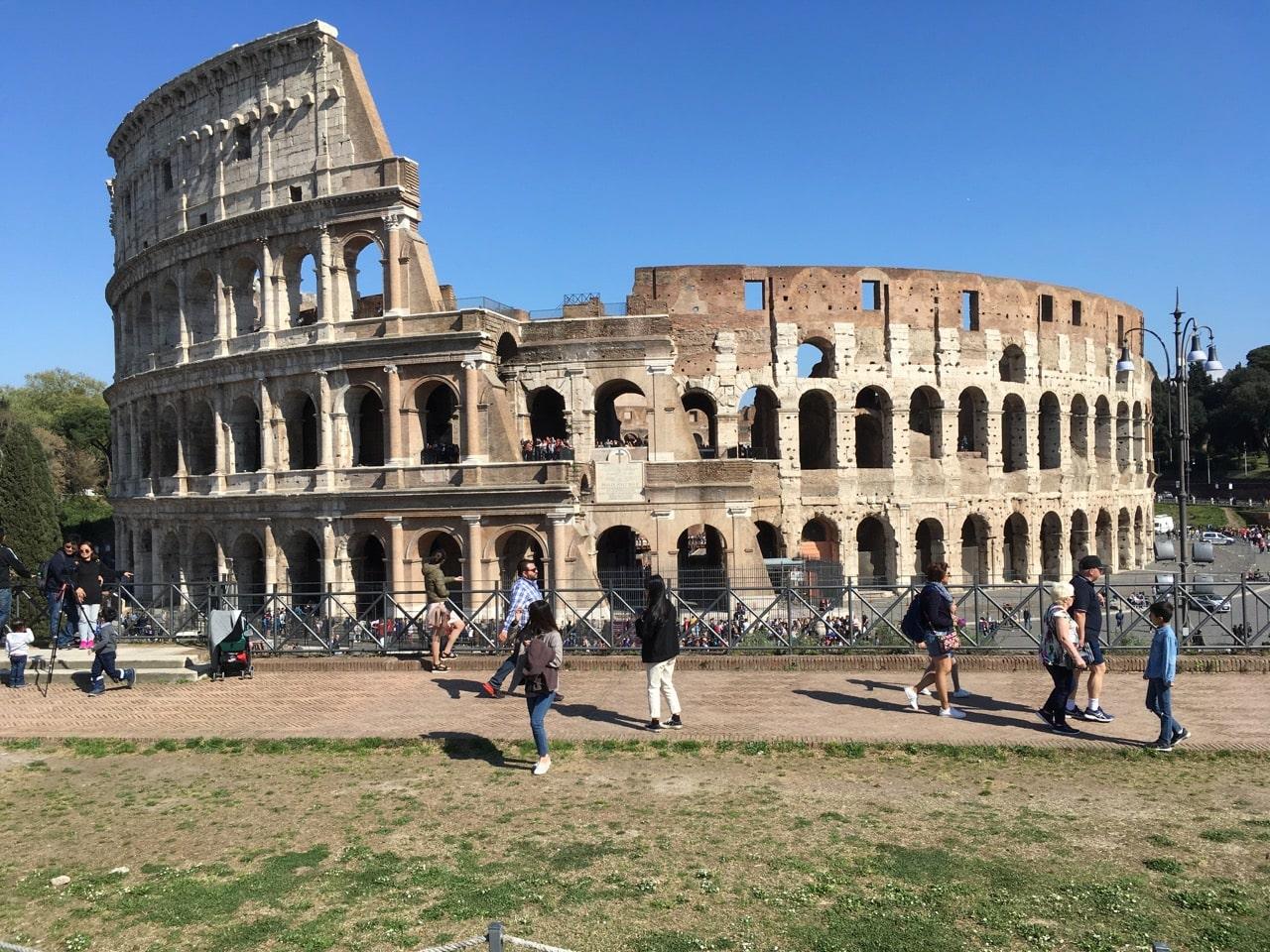 维纳斯和罗马神殿前面的观景台是拍斗兽场的好地方