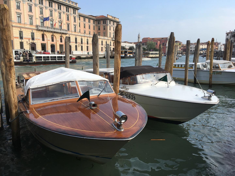 """这个是威尼斯的水上""""出租车"""",锁在木桩上"""