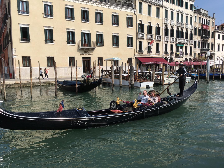 一对情侣坐在贡多拉(gondola)上。有意思的是贡多拉的船夫站在船尾,只用一根船桨划动。贡多拉似乎是被垄断了的,所有划船的都是统一着装,有固定的上船点,船也是一样的。这样也好,价格应该是透明的。不过,应该是特别贵的,我一个单身狗完全不用考虑了。