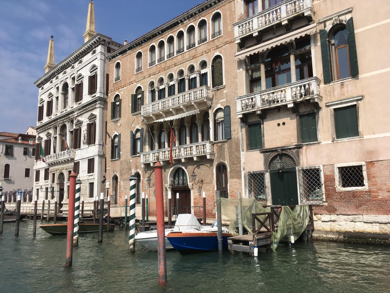 大运河两边是非常漂亮的建筑,不坐船是很难欣赏到的