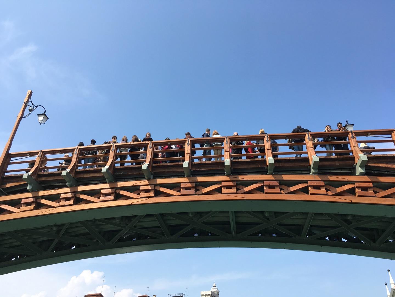你在桥上看风景,看风景的人在船上看你