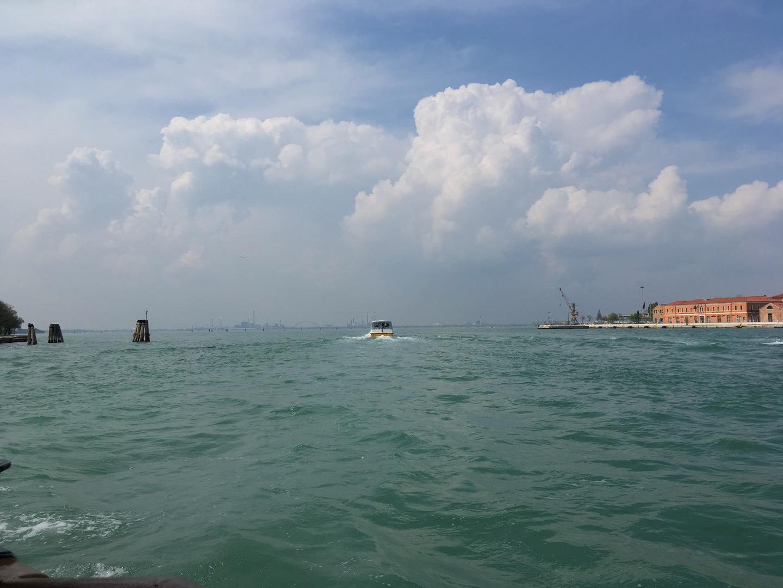 到了大运河北端,船没有折返,我和边上的英国人都很困惑这船要去哪