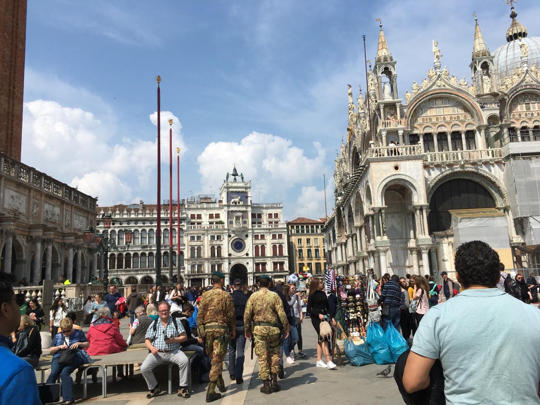 右手边就是圣马可大教堂