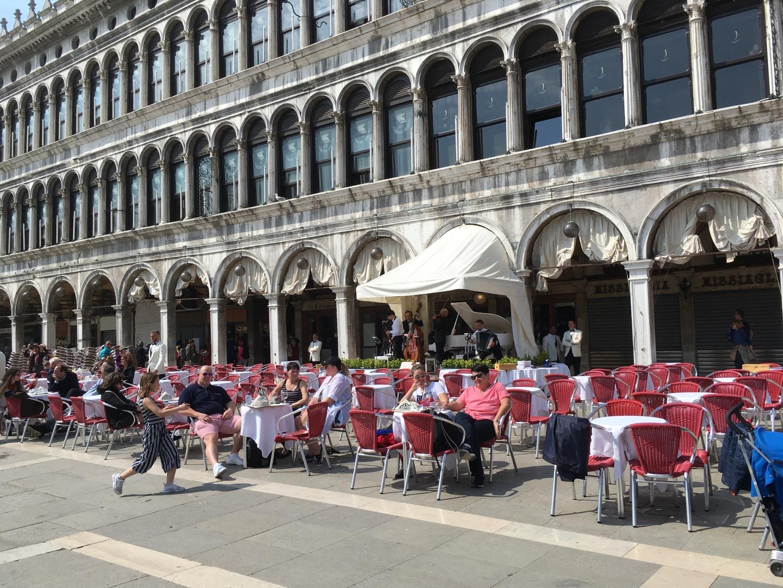 广场两侧是餐厅,餐厅有乐队演奏,广场上一片祥和,很惬意