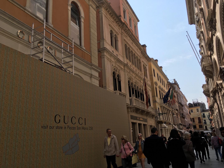 有一条卖各种奢侈品牌的街道