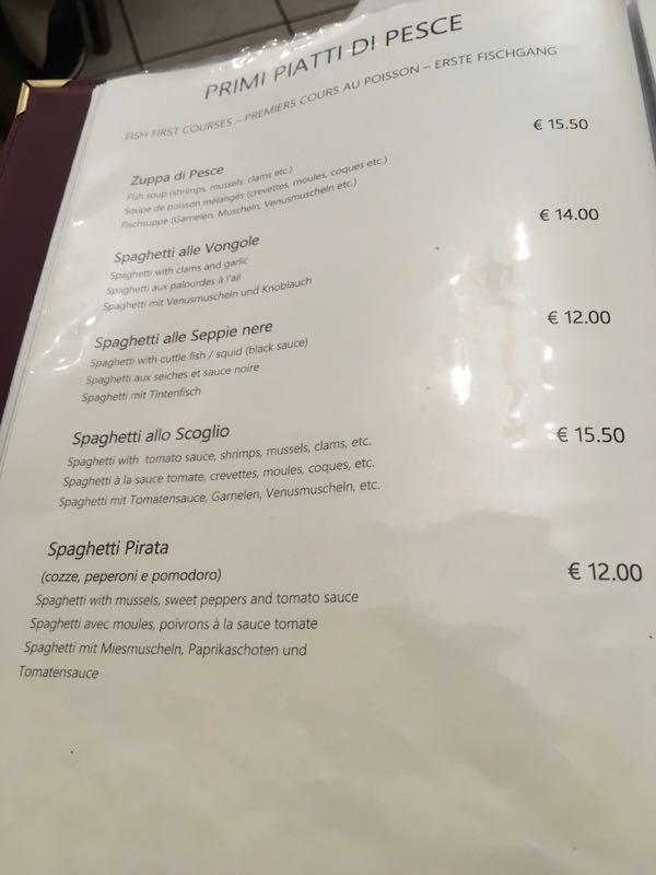 来一家叫做Taverna San Trovaso的餐厅,这家餐厅很受欢迎,需要排队。墨鱼面就是那个12欧的