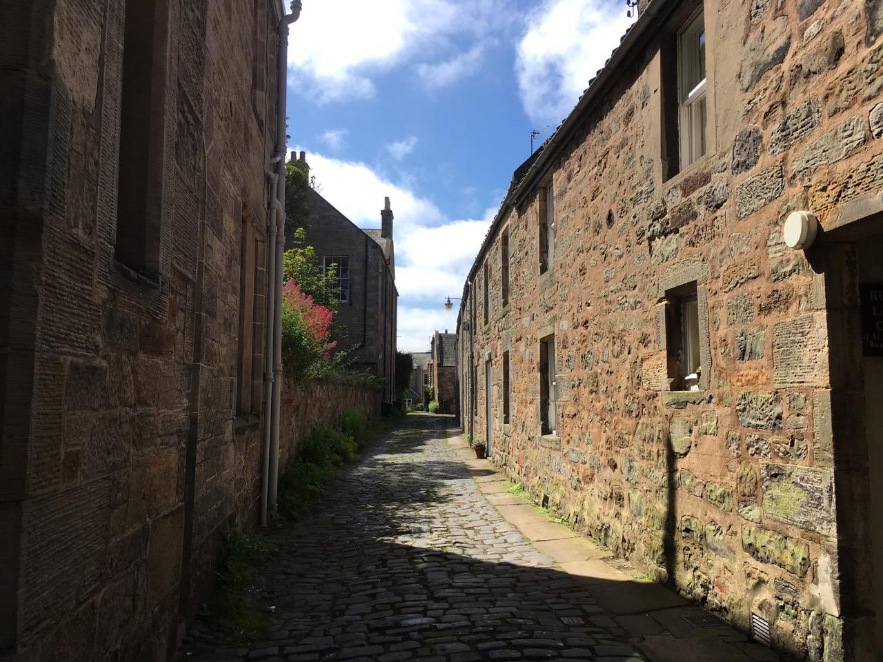 漫步在小镇的石头路上