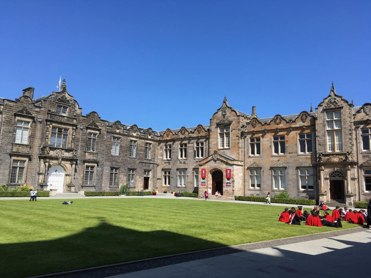 圣安德鲁斯大学,红袍(red gown)是圣安大学本科生的学位服。到了毕业季,镇上各个角落都有穿着红袍拍毕业照的同学