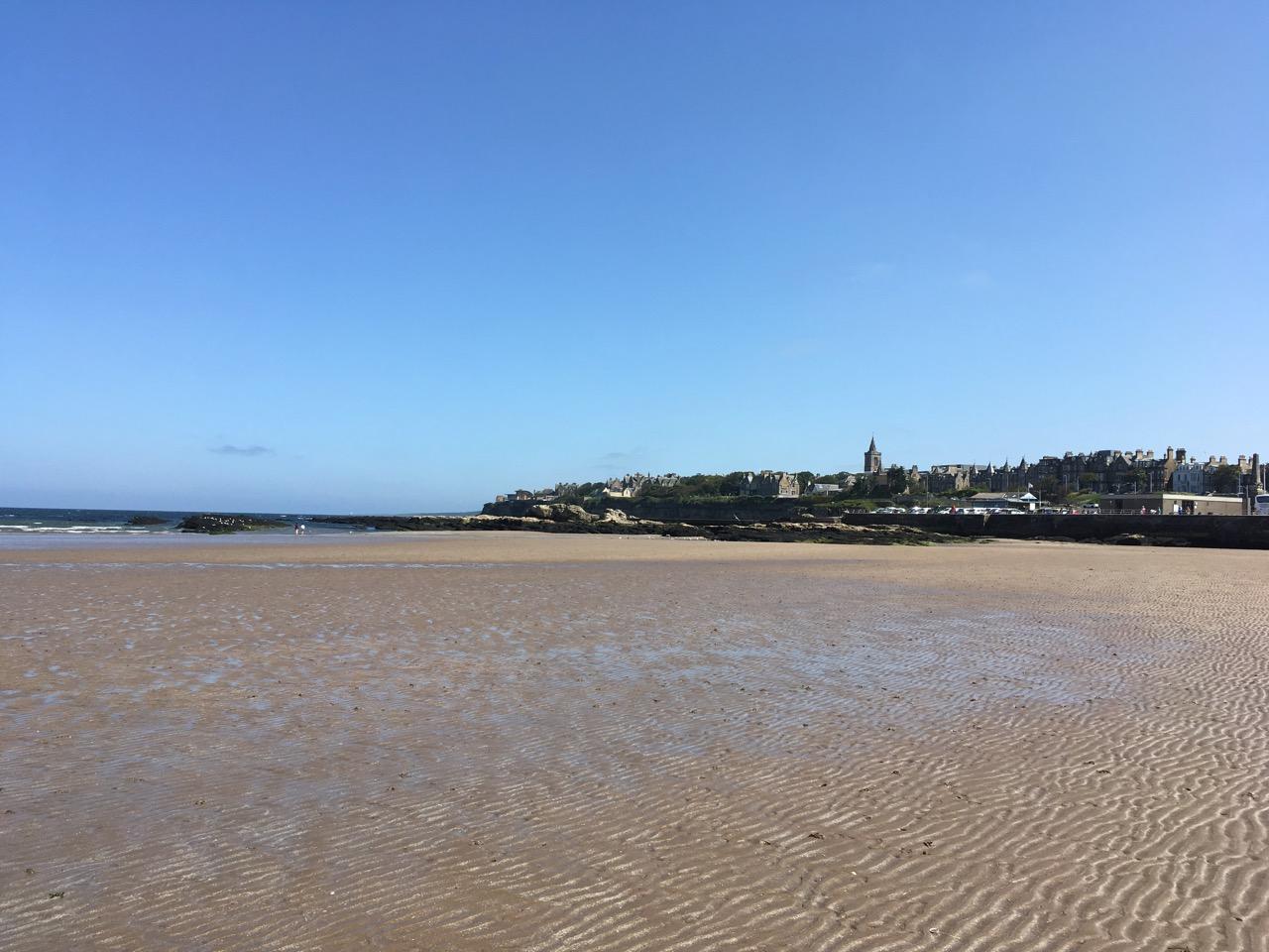 西沙滩(west sands),波浪状的沙地很硬,非常合适散步