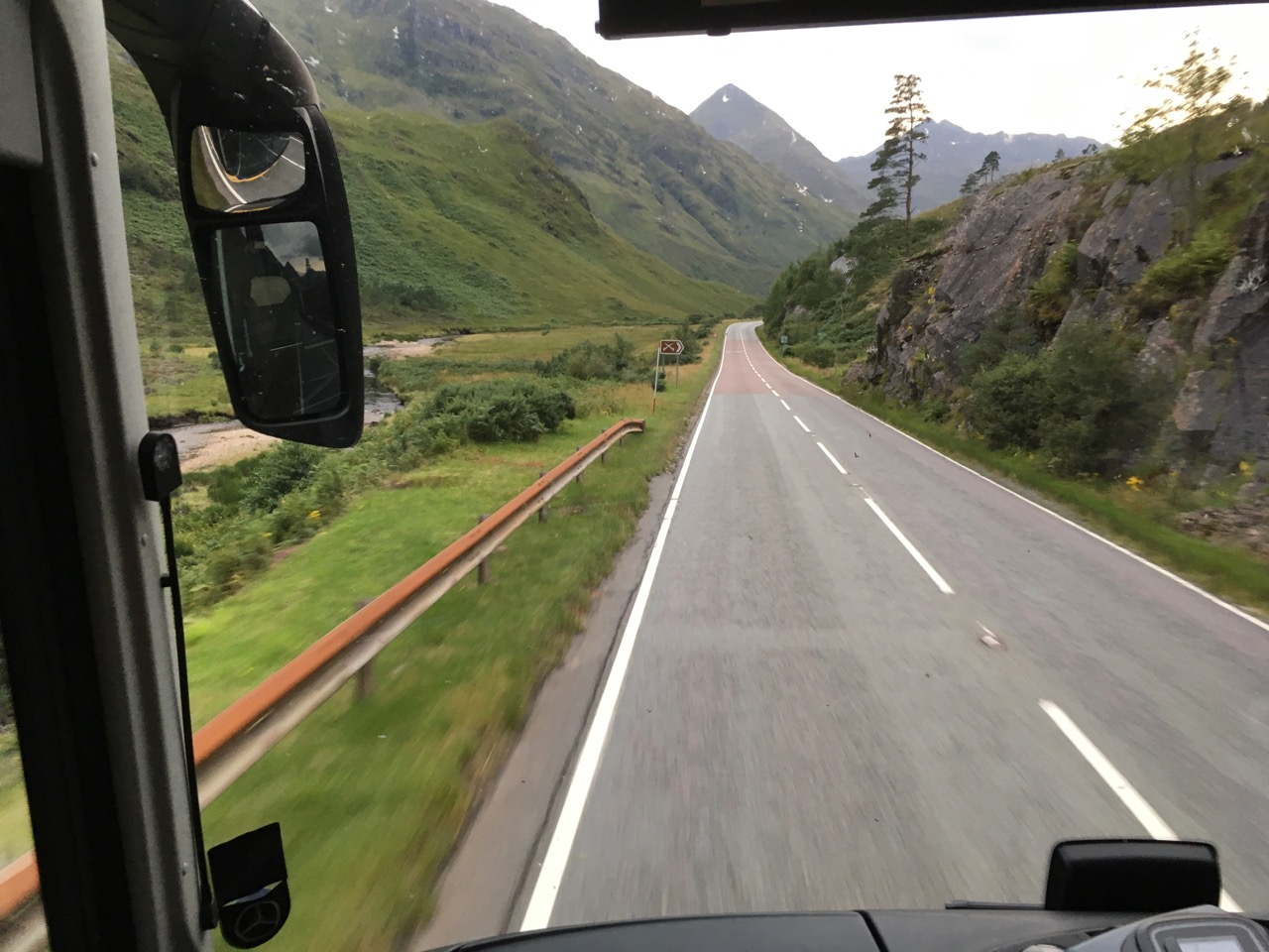 坐上了当天从Fort去Skye的最后一趟大巴,特别害怕错过,所以早早就开始等了