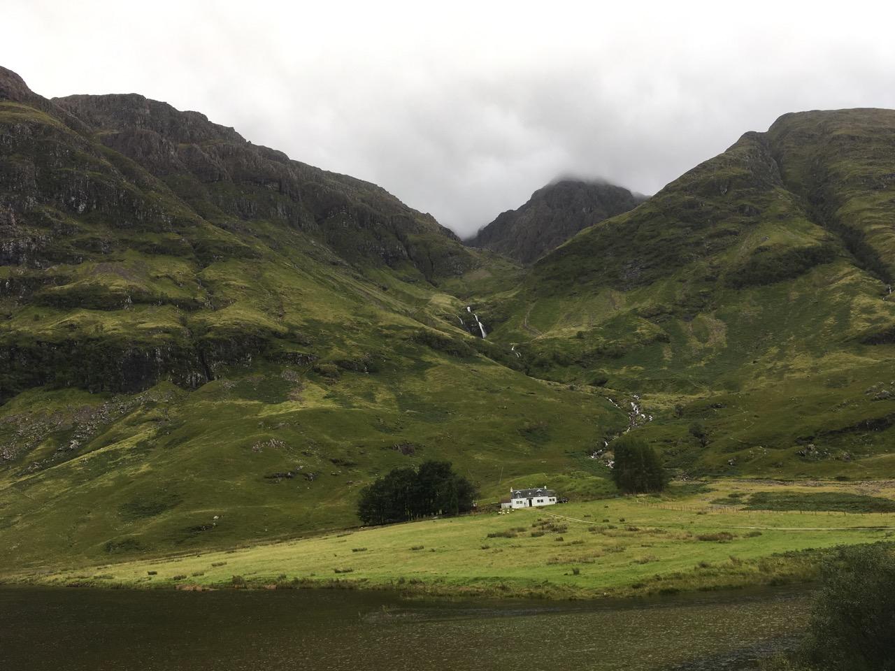 位于Loch Achtriochtan湖畔的小房子