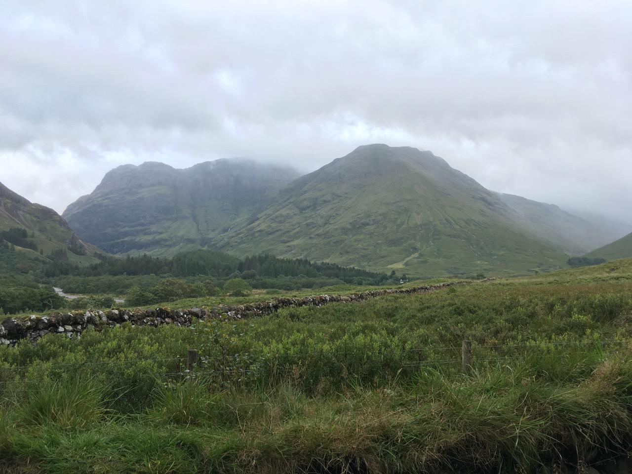游客中心背后的山景色一般,下着雨,被淋透了