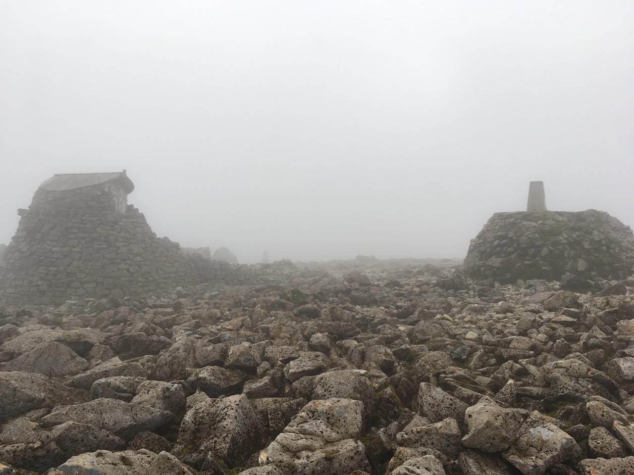 终于登顶了,差点喜极而泣,山顶是一块堆满石头的平地
