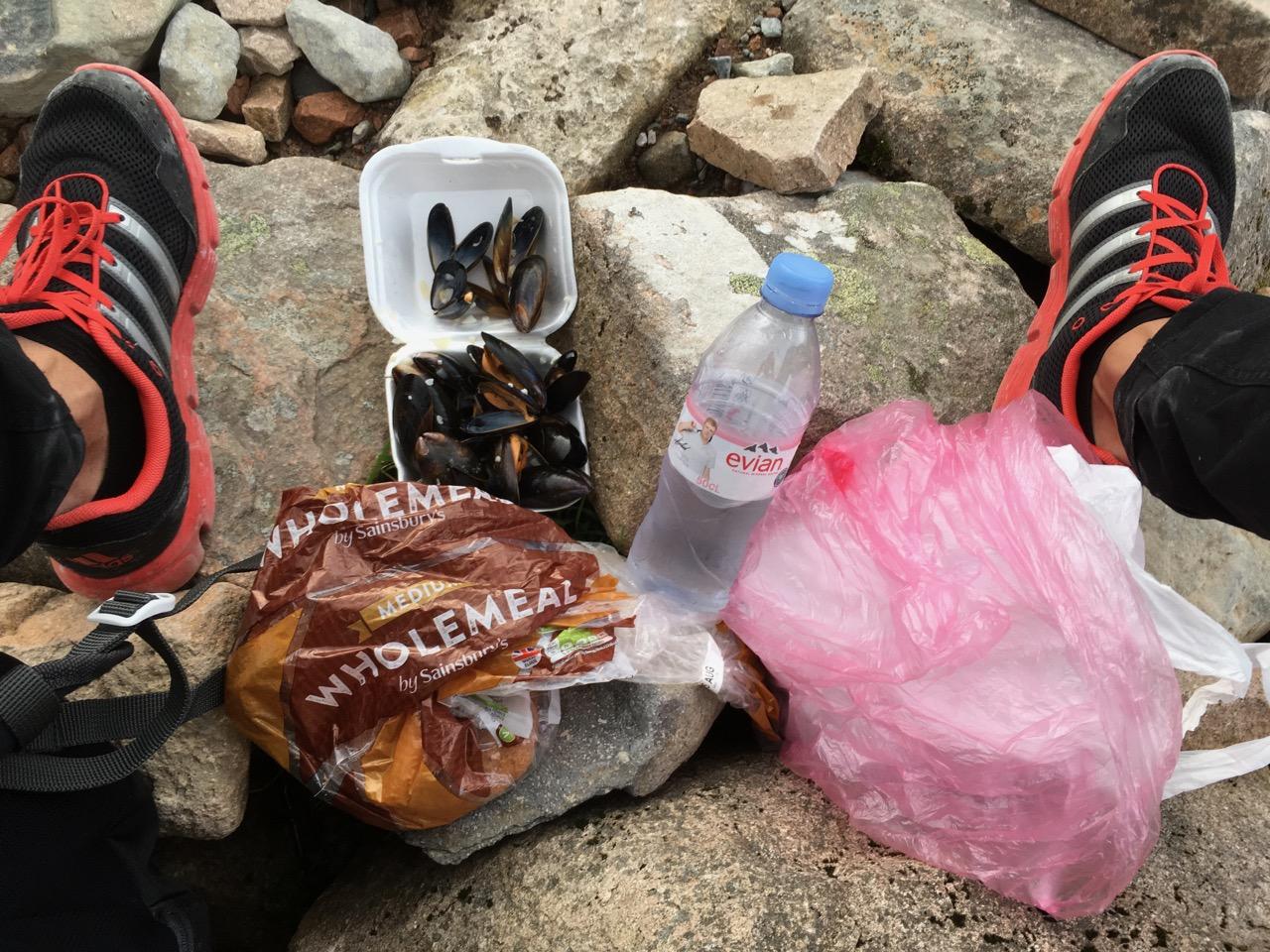 找了块石头一边休息,一边补充能量。从Oban打包带来的牡蛎和就地取材的Evian牌高地山泉,美滋滋