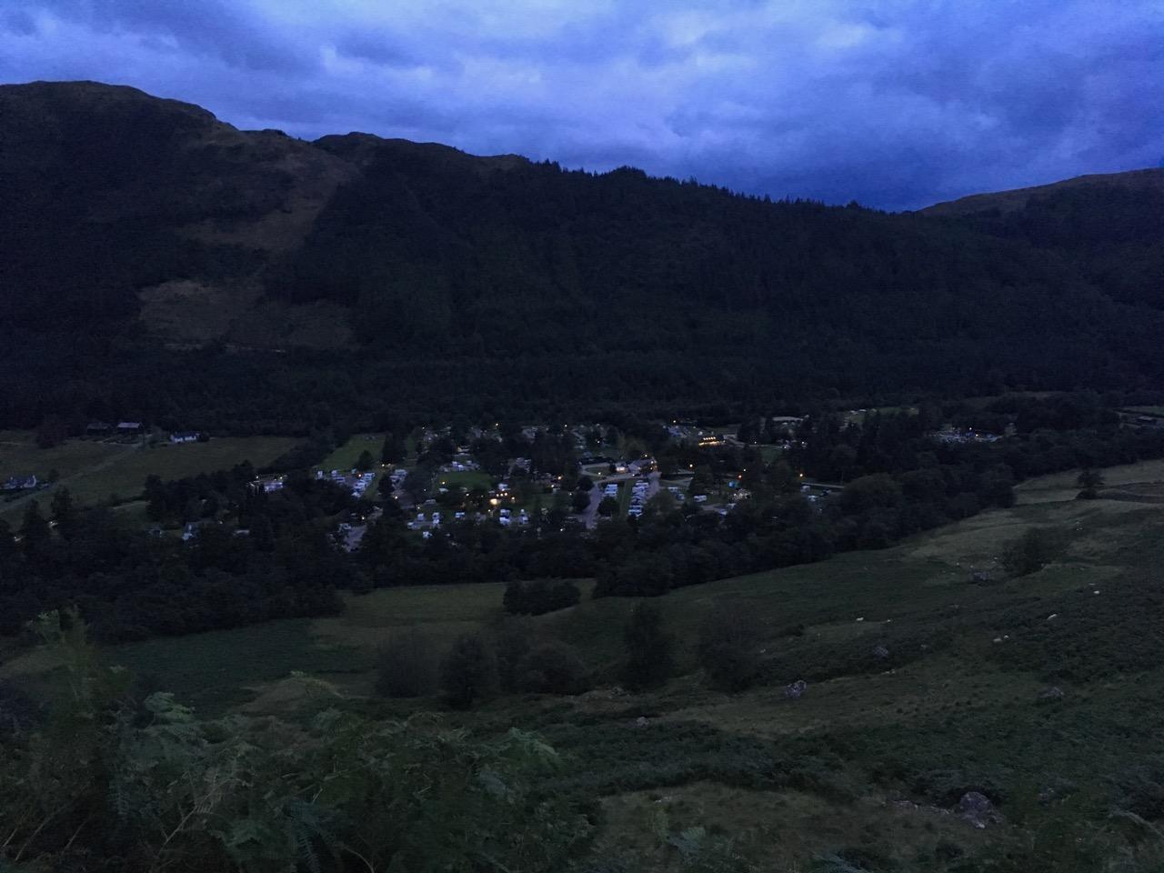 快到山脚的时候刚好天黑